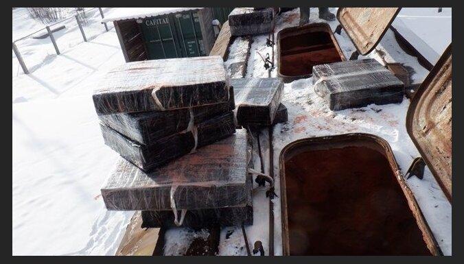 ФОТО. Контрабандисты спрятали сигареты в вагонах с удобрениями