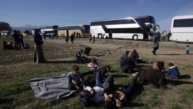 Protestu dēļ bēgļi pie Grieķijas un Maķedonijas robežas iekļūst sastrēgumā