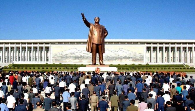 Ziemeļkorejas iedzīvotāji noliek ziedus pie Kima Irsena pieminekļa Phenjanā.   9. septembrī apritēja 61. gads kopš Irsens izveidoja šo komunistisko valsti.