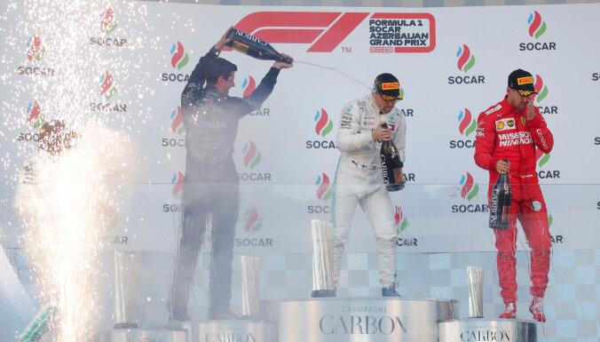 Botass un Hamiltons sarūpē 'Mercedes' dubultuzvaru arī ceturtajā posmā
