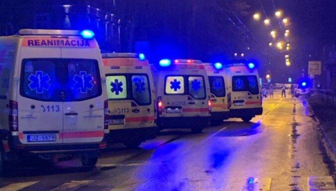 Mediķi dalās emocionālos stāstos par cilvēku glābšanu naktī pēc sprādziena Āgenskalnā