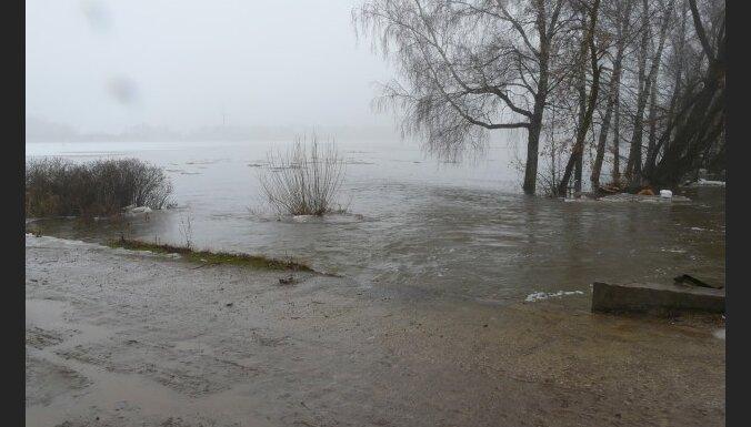 Applūdusi Daugavpils šoseja; slēgti vairāki ceļi