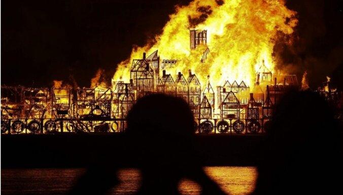 Pieminot Lielo ugunsgrēku, Temzā vēlreiz aizdedzina 'Londonu'