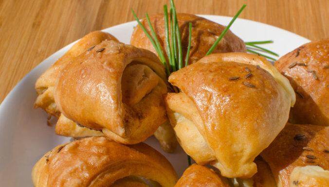 Rauga mīklas pīrādziņi ar sieru un ķiplokiem