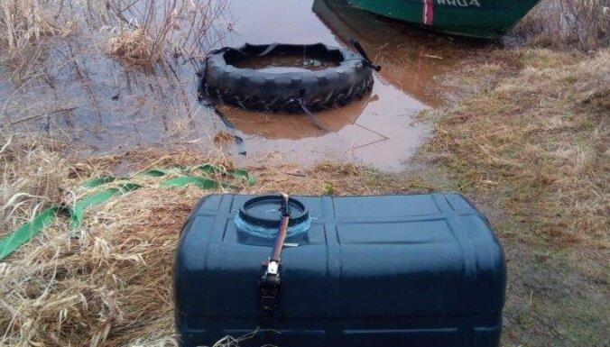 ФОТО. В Даугаве выловили подозрительный контейнер: его использовали контрабандисты