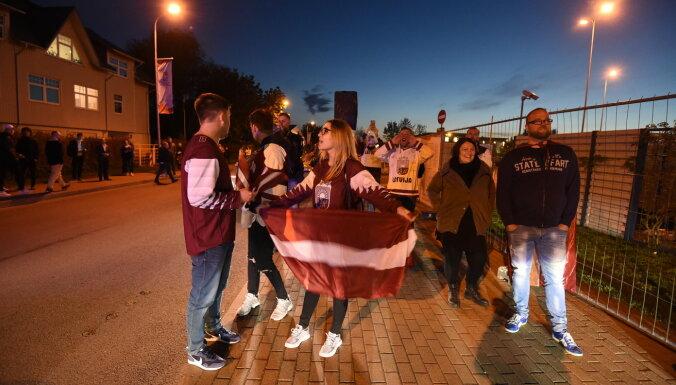 """ФОТО, ВИДЕО: Около """"Арены Рига"""" собрались сотни счастливых латвийских фанов"""