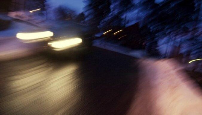 На шоссе под Сигулдой сбит мужчина: пострадавший скончался