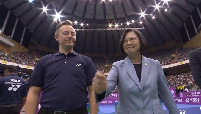 Video: Neveikla izloze badmintonā ar Latvijas tiesneša un Taivānas prezidentes dalību