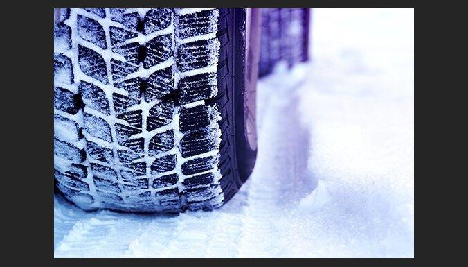 Пардаугава: воры скрутили с машины два колеса