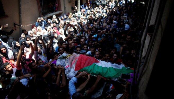 Foto: Tūkstošiem palestīniešu atvadās no Izraēlas spēku nošautās medmāsas