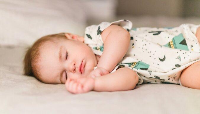 Cik daudz diennaktī ir jāguļ 9–12 mēnešus vecam zīdainim