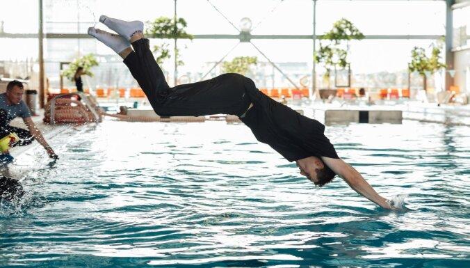 Foto: Drēbēs ūdenī - 'VEF Rīga' basketbolisti izpilda izdzīvošanas peldētprasmju kopumu
