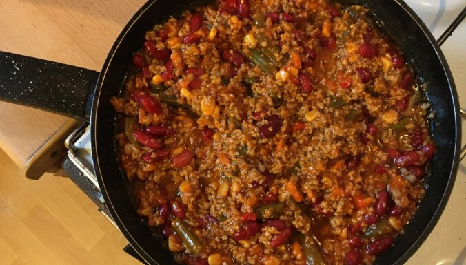 Students virtuvē: Fiksā 'chili con carne' māsīca