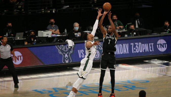 'Nets' konferences pusfināla pirmajā spēlē uzvar 'Bucks'; Hārdenam trauma