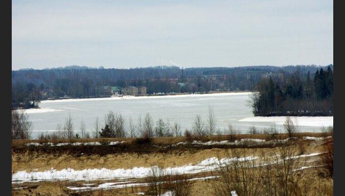 Lielākajā daļā upju ūdens turpina kāpt
