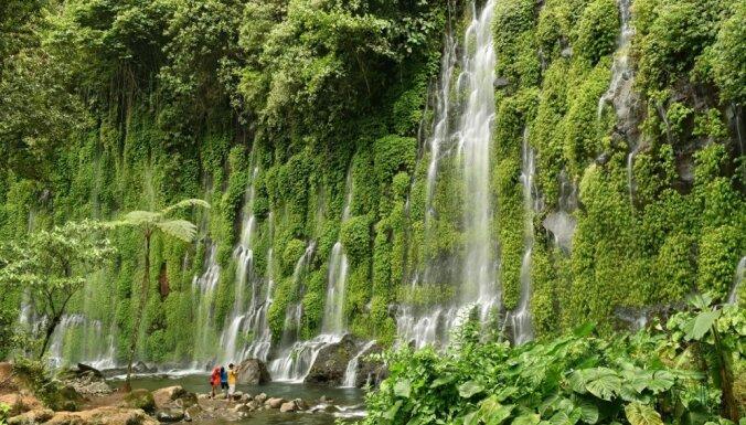 Iespaidīgs ūdenskritums Filipīnās, ko ieskāvusi augu valstība