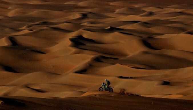 Nīderlandes motociklists atrodas kritiskā stāvoklī pēc kritiena Dakaras rallijreidā