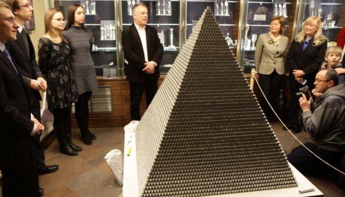 Foto: Eiro gaidās Lietuvā uzbūvē 'pasaulē augstāko' monētu piramīdu