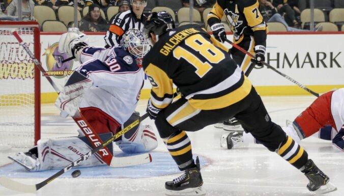 Merzļikins ielaiž vienu ripu savos vārtos no 'pingvīniem'
