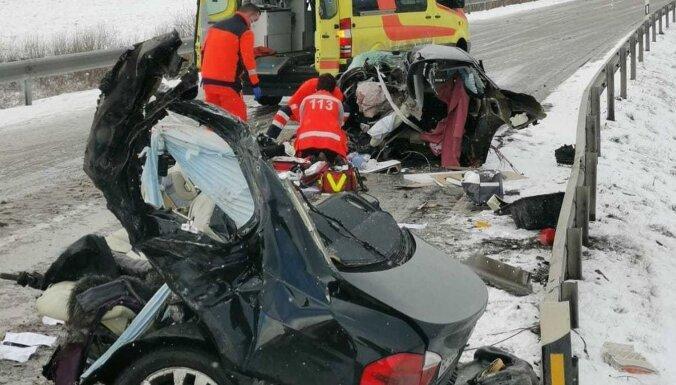 Uz ceļa Tukums - Kuldīga notikušajā BMW avārijā gājis bojā cilvēks