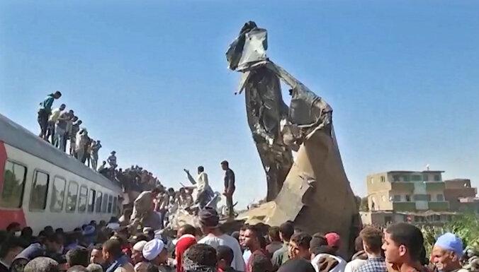 Divu vilcienu sadursmē Ēģiptē bojā gājuši vismaz 30 cilvēki