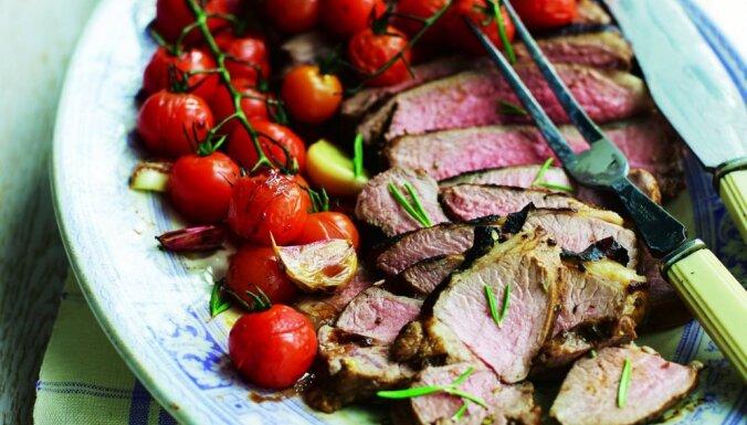 Grilēta jēra gaļa ar tomātiem