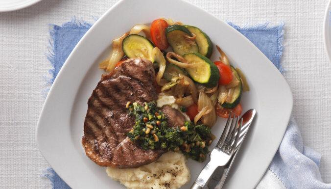 Jēra steiks ar piparmētru un bazilika pesto, seleriju biezeni un ceptiem dārzeņiem