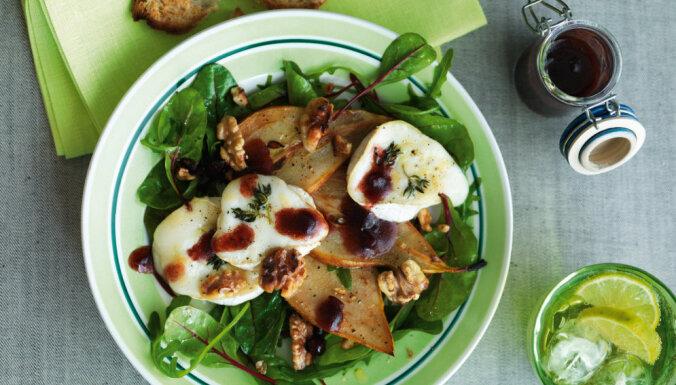 Grilēta siera salāti ar bumbieri un valriekstiem