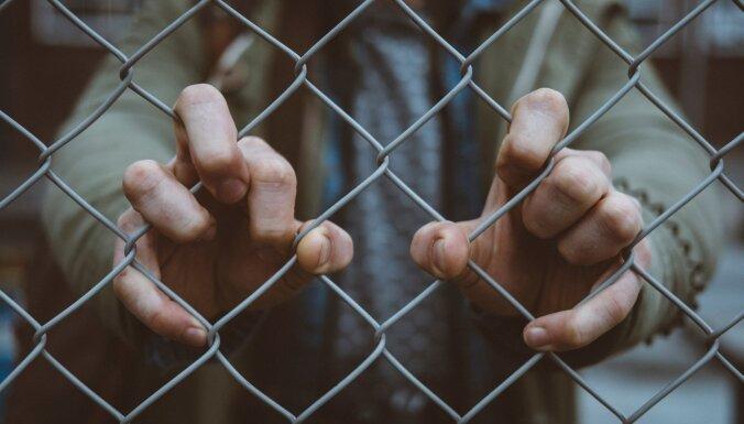 Мужчина дважды похитил жену, угнал ее машину и получил два с половиной года тюрьмы