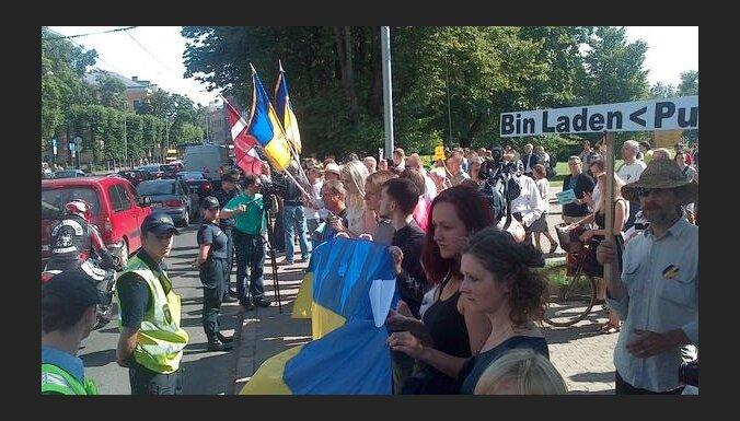 Protesta akcijā pie Krievijas vēstniecības Rīgā pulcējušies 60 cilvēki