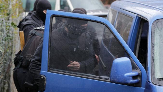 Maskās tērpti DP darbinieki šonedēļ Rīgas centrā pieturā aizturējuši cilvēku