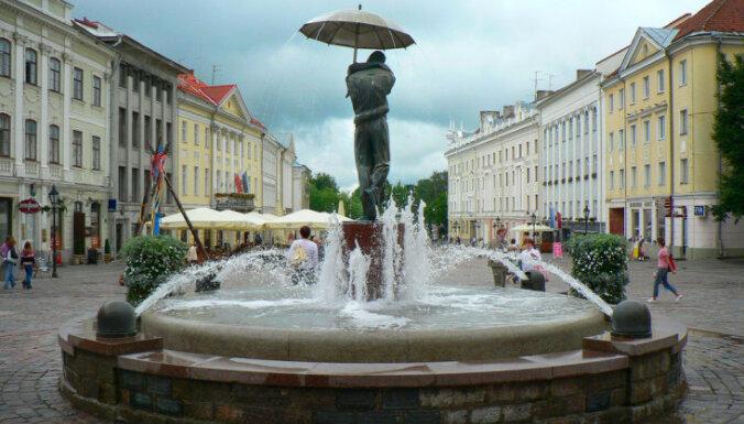 Pilsēta, kur pārītis skūpstās zem lietussarga