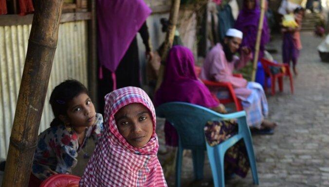 No vardarbības Mjanmā uz Bangladešu aizbēdzis 21 000 rohingju