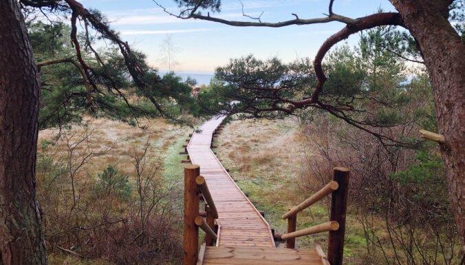 Foto: Pastaigu laipa un skatu platforma uz jūru Bernātos