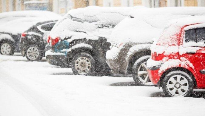 """На улицах Риги появится больше """"карманов"""", дворы хотят разгрузить от машин"""