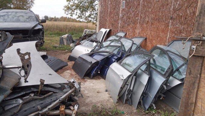 Foto: Atklātas 30 nelikumīgas nolietoto auto izjaukšanas vietas Latvijā