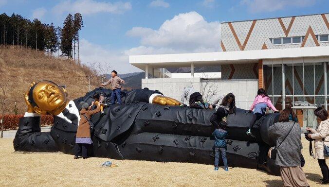 Japānā aplūkojama Aigara Bikšes lielformāta skulptūra 'Algas vīrs'