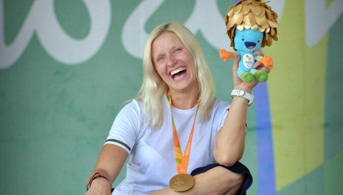 Foto: Diāna Dadzīte emocionālā fotosesijā ar Rio izcīnīto zelta medaļu