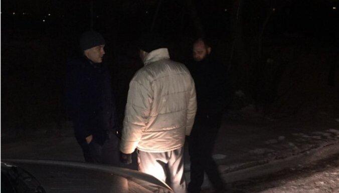 Vīstoklis zem auto Rēzeknē: sākta disciplinārlieta un policists atstādināts