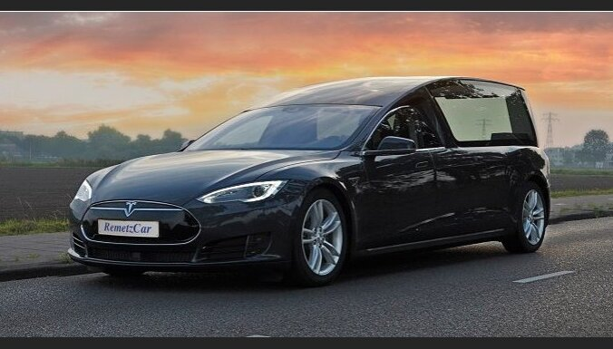 Pasaulē pirmais katafalks uz 'Tesla' elektromobiļa bāzes