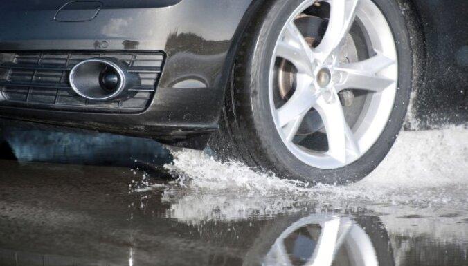 В результате затяжных дождей в Латвии затоплены некоторые автодороги