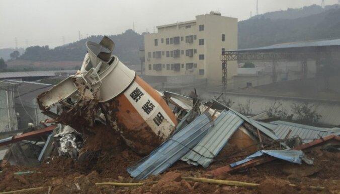 Noslīdenis Ķīnā aprok un sagrauj mājas