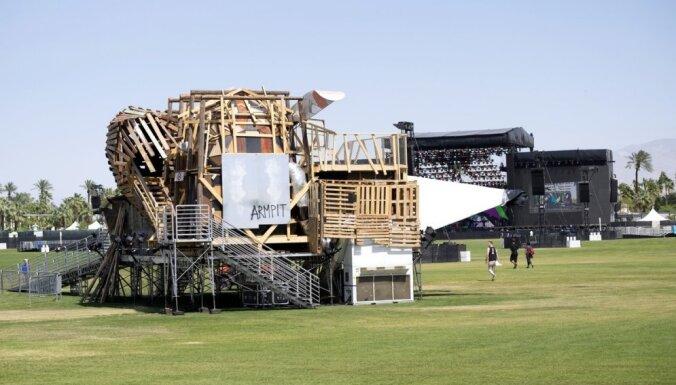 Latviešu mākslinieki uzbūvē instalāciju slavenajā 'Coachella' festivālā