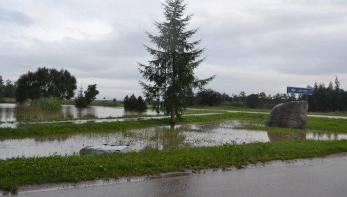 Mājas Saldū atbrīvotas no lietusūdens; situācija uz Rīgas-Liepājas šosejas kritiska