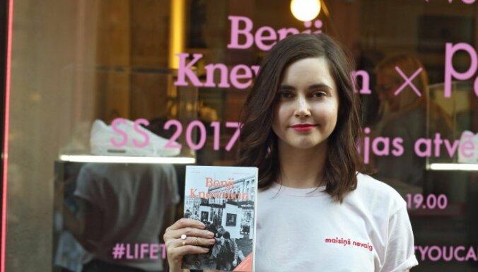 Foto: Agnese Kleina prezentē grāmatžurnālu un apģērba līniju
