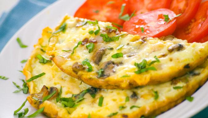 Omlete ar sēņu un tomātu pildījumu