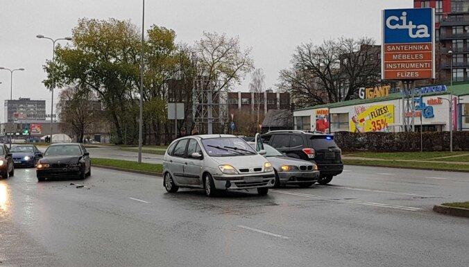 ФОТО: В Пурвциемсе столкнулись два BMW и Renault