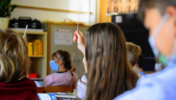 """Школьные тесты на Covid-19 с помощью """"жевательных палочек"""" планируют проводить чаще"""