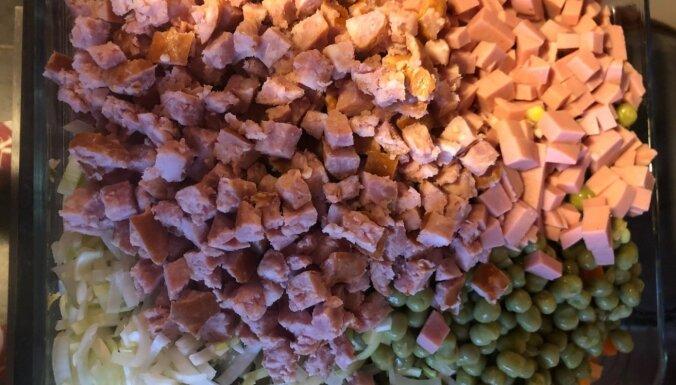 Krāsnī cepts karstais rasols ar siera 'cepurīti'