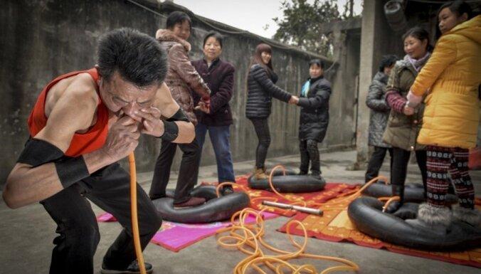 Ķīnietis 20 minūšu laikā ar degunu piepūš četras kameras